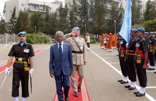 The Secretary General arrives in Asmara, Eritrea today. He visited UNMEE HQ and met with the staff. He inspected guard of honour at UNMEE HQ. Saluting behind him is the force commander.